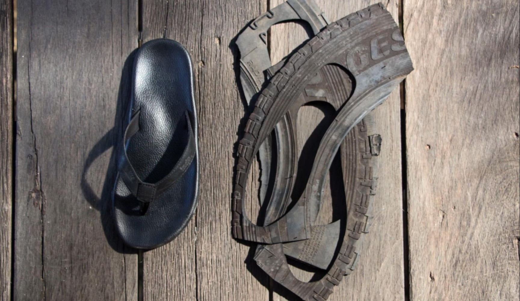 Zolen van indoolschoenen worden met de hand gesneden uit gebruikte banden. Foto door Indosole